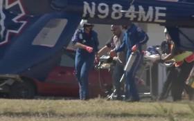 نیروهای امدادی زخمی های حادثه تیراندازی در یک کلیسا در تگزاس را به بیمارستان منقل می کنند