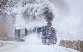 قطار بخاری که در یک منطقه برق در رومانی در حال کار است
