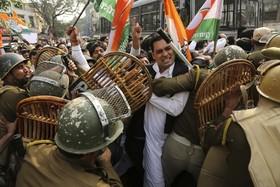 اعضا و طرفداران حزب کنگره هند در تلاش برای عبور از پلیس ضد شورش هند در شهرجامو در کشمیر