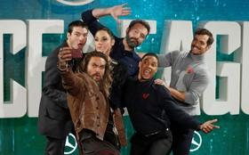 هنرپیشه های یک فیلم در لندن در حال سلفی گرفتن فیلم لیگ عدالت
