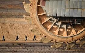 ماشین معدن روباز ذغال سنگ در آلمان که گروهی از حامیان محیط زیست به ادامه کار در تاین معدن در غرب آلمان اعتراض دراند