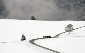 اتوبوسی در جاده زمستانی در آلمان