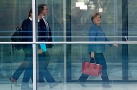 آنجلا مرکل در راه محل مذاکرات با چهارحزب دیگر عضو پارلمان آلمان در برلین