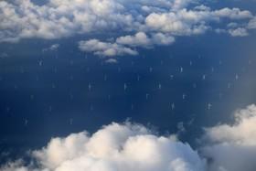 توربین های بادی در سواحل لیورپول در انگلیس از فراز آسمان