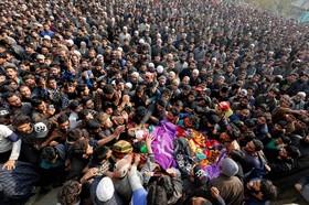 تشییع جنازه یک متهم به فعالیت مسلحانه که توسط نیروهای نظامی هند در کشمیر کشده شده است