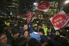 تظاهرکنندگان مخالف ترامپ در سئول با پلیس ضد شورش درگیرشده اند