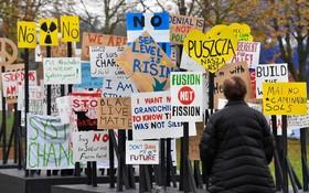پلاکارد های اعتراضی در محل بیرونی کنفرانس تغییرات آب و هوایی سازمان ملل در بن آلمان