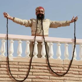 رام سینگ از شهر جیپور در راجستان هند با سبیل هایش که رکورد  گینس را دارد برای بلند ترین سبیل که .او 62 سال سن دارد . او این سبیل را از سال 1970 بلند کرده است و هر روز دوساعت صرف آن می کند