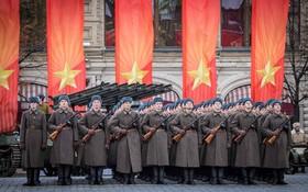 نظامیان روسی با لباس ارتش سرخ در میدان سرخ در مسکو