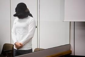 یک متهم همکاری با داعش در دادگاهی در آلمان حاضر شده و چهره خودرا پوشانده است