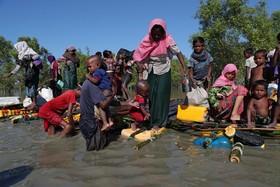 آوارگان روهینگیا در حال عبور از رودخانه نف در مرز میان مار