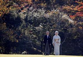 آکوهیتو امپراتور ژاپن و همسرش در حال شرکت در مراسم پاییزی در توکیو