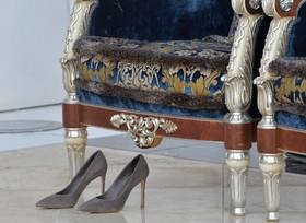 کفش های بریژیت ماکرون همسر رئیس جمهوری فرانسه در سفر به ابوظبی که برای دیدن مسجد شیخ زاید از پا در آورده است