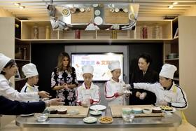 ملانیا ترامپ همسر رئیس جمهوری آمریکا و پنگ لیون همسر رئیس جمهوری چین در یک کلاس آشپزی در پکن چین