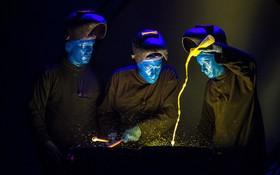 گروه مردان آبی در حال اجرای برنامه در ایتالیا