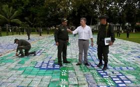 خوان مانوئل سانتوس در حال بازدید از کشفیات بزرگ 12 تن کوکائین در آپارتادو در کلمبیا