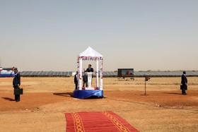 امانوئل ماکرون رئیس جمهوری فرانسه در مراسم افتتاح یک نیروگاه خورشیدی در بورکینافاسو