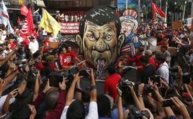 آتش زدن مجسمه های دو آرته رئیس جمهوری و دونالدترامپ رییس جمهوری آمریکا در مانیل فیلیپین