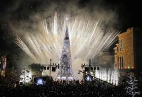 آتش بازی در کنار یک درخت کریسمس در بیروت