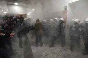 تلاش تظاهرکنندگان برای ورود به ساختمان دادگستری در آتن یونان
