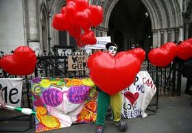 تظاهرات مقابل دادگاهی در انگلیس علیه حکم استرداد یک هکر به آمریکا