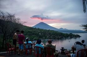 جهانگردان در بالی اندونزی در حال تماشای آتش فشان کوه آگونگ