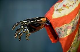 رباتی در توکیو ژاپن در لباس کیمونو