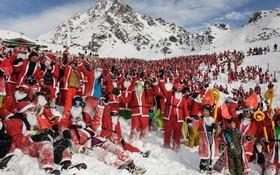 دوهزار اسکی باز با لباس بابانوئل در سوئیس