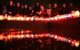 کراوت های بوسنی مراسم یادبودی برای ژنرال اسلوبودان پرژاک که خودرا هنگام رای دادگاه بین المللی در ژنور با زهر کشته در موستار در بوسنی هرزگوین برپا کرده اند