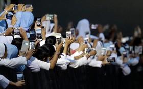 عکس برداری از پاپ فرانسیس هنگام دیدار با اسقف اعظم برمه در یانگون