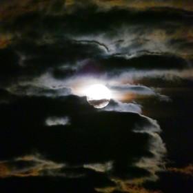 (تصاویر) عکس هایی از ابرماه در آسمان مناطق مختلف جهان
