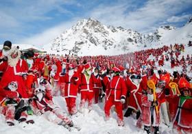 اسکی در ارتفاعات آلپ در سوئیس با لباس بابانوئل