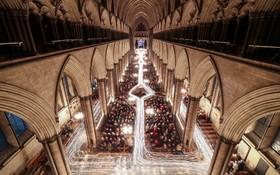 مراسم مذهبی در کلیسای سالزبری با شمع و بدون روشنایی الکتریکی