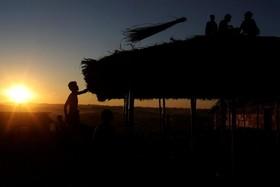 آوارگان روهینگیا در حال ساخت سرپناه در اردوگاه پناهندگان در بنگلادش