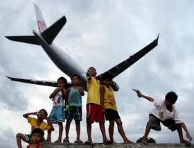 بازی کودکان در نزدیکی فرودگاه مانیل در فلیپین