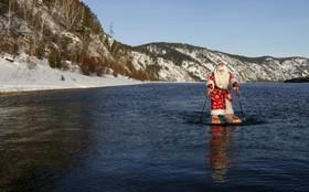 پیرمد 64 ساله نیکلا واسیلی با لباس بابانوئل در شهر کرانویرسک در سیبری