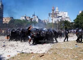 تظاهرات علیه تغییرات در حقوق و بازنشستگی کارمندان در بوینس آیرس آرژانتین