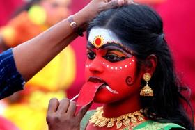 دانش آموزان درحال آرایش برای مراسم مذهبی در بوپال هند