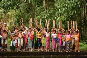 روستای سوات در بالی اندونزی و بازی موسوم به جنگ آب کودکان یک جشنواره سنتی