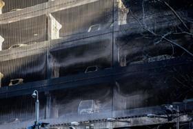 بقایای آتش سوزی پارکینگ در یک مرکز تجاری در انگلیس