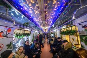 یک واگن قطار شهری در مسکو روسیه در سال نو تزئین شده است