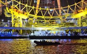 نیروهای پلیس در حال گشت در رودخانه تیمز در لندن شب سال نو میلادی