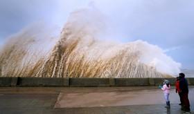 امواج بزرگ در کنار ساحلی در انگلیس
