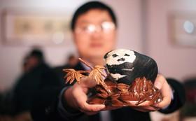 سنگی سبیه یک پاندا در نمایشگاهی در چین به قیمت هرار پوند خریدار داشت اما صاحبش آن را نفروخت