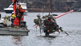 خارج کردن یک هواپیما سبک سقوط کرده در سیدنی استرالیا