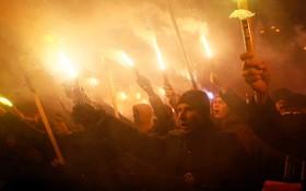 حامیان یک گروه دست راستی ملی گرا در کیف اکراین به مناسبت سال نو در مراسم مشعل فروزان شرکت کرده اند