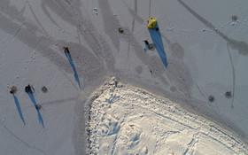 ماهیگیری در دریاجه یخزده در کراسنویرسک در روسیه