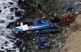 اتوبوسی که به درون دره ای در پرو پس از تصادف با یک کامیون سقوط کرده است