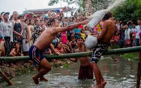 بازی متکای مخصوص در برمه به مناسبت استقلال این کشور
