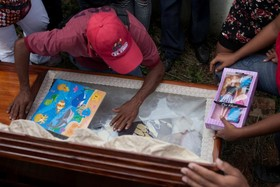 خانواده ای در کنار تابوت دخترشان که به دلیل کمبود مصرف گوشت در ونزوئلا مرده است در حال عزادای هستند